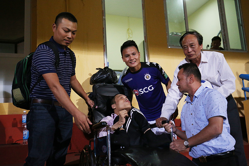 Rẽ vòng vây fan, Quang Hải làm thỏa lòng CĐV tật nguyền