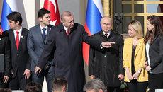 Tổng thống Thổ Nhĩ Kỳ 'giành' người đẹp khi chụp ảnh với ông Putin