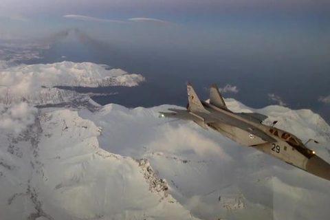 Tiêm kích MiG-31 tiếp nhiên liệu trên không