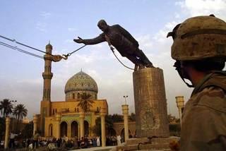 Ngày này năm xưa: Biểu tượng của Saddam Hussein bị kéo đổ