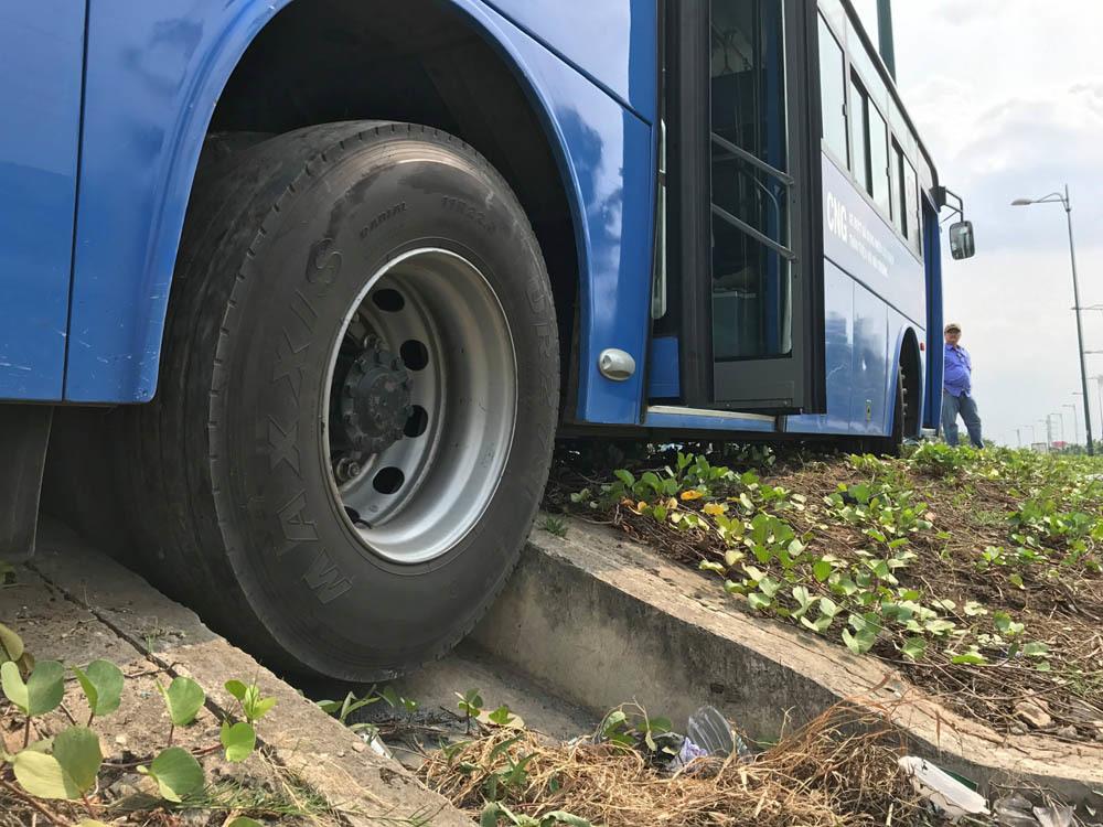 Xe tải ép xe buýt mắc kẹt trên rãnh nước, khách la hét thất thanh