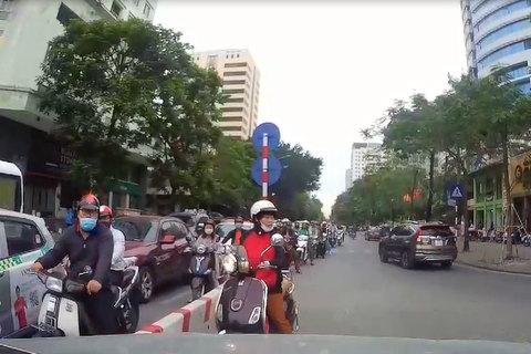 Nữ 'ninja' chạy lấn làn, bị tài xế ô tô ép lùi trên phố Hà Nội