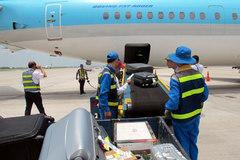 Nhân viên sân bay trộm điện thoại trong túi của khách