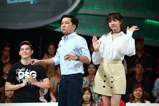 Bị trêu chọc vì giọng nói lớ, Hari Won giành nói với Trường Giang