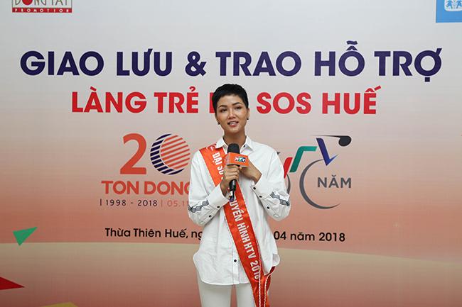 """""""Vua nước rút"""" bỏ giải, H'Hen Niê khóc nức nở ở làng SOS"""