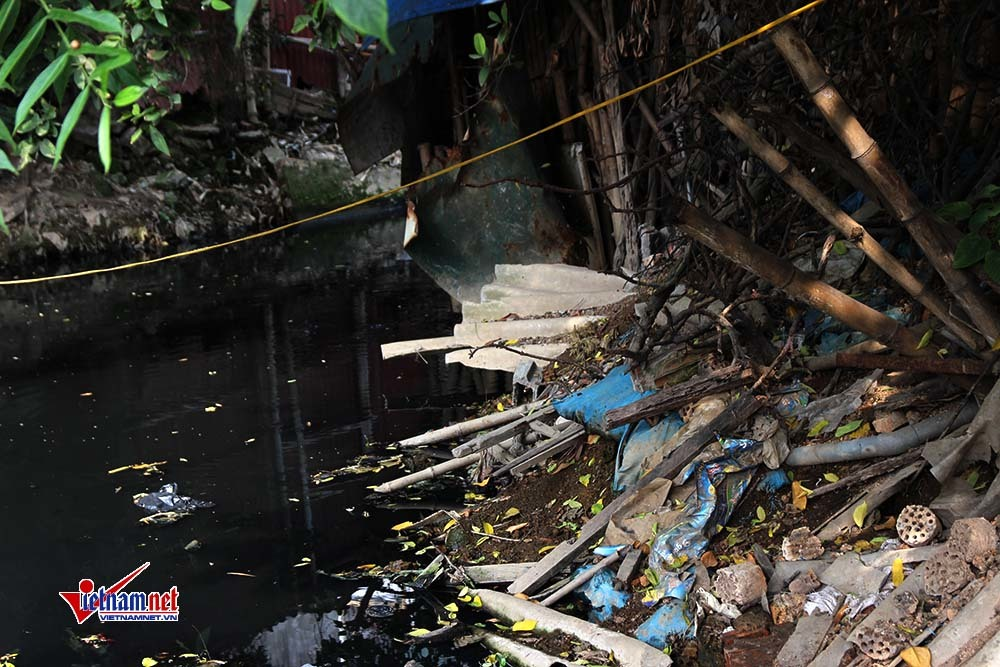 Hà Nội: Nghẹt thở sống cạnh khúc sông đặc quánh nước thải