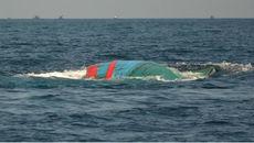 Tàu chở 8 người bị sóng đánh chìm trên biển Vũng Tàu