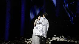 Mỹ Tâm nhõng nhẽo, tựa đầu vào vai Hà Anh Tuấn hát trước nghìn khán giả