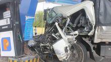 Xe tải va chạm xe khách rồi lao vào cây xăng, 7 người bị thương