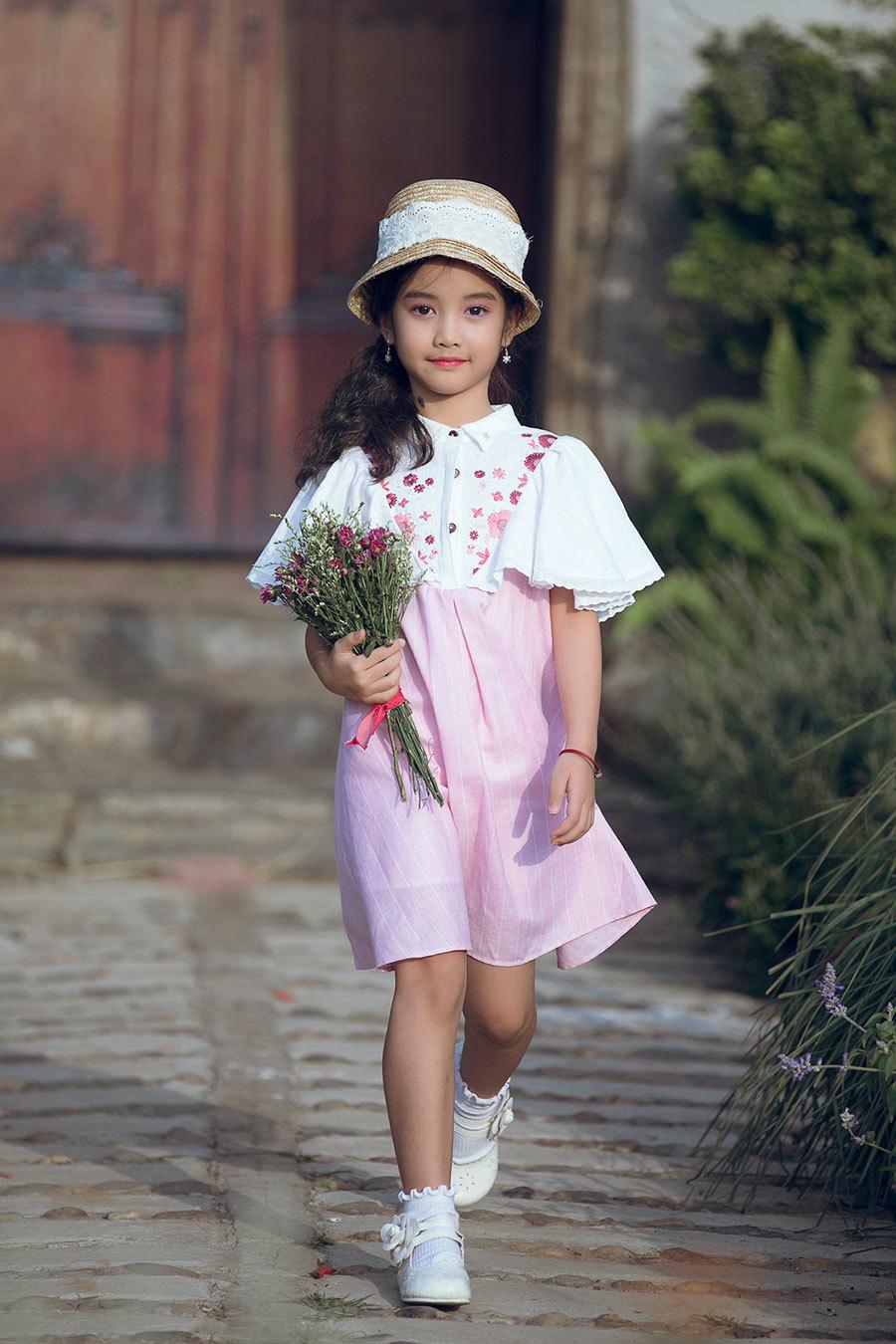 Cả nhà MC Phan Anh mặc áo hồng trình diễn thời trang