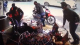 Hai người đàn ông suýt mất mạng khi dừng xe mua gà