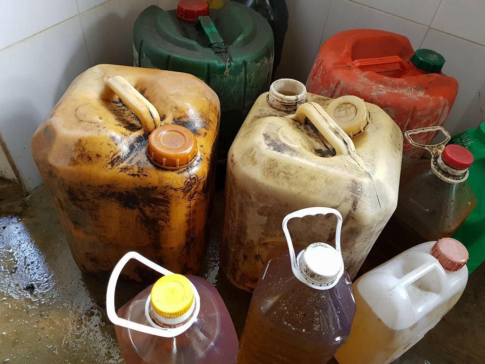 Nước giếng hay dầu hỏa cất vào can