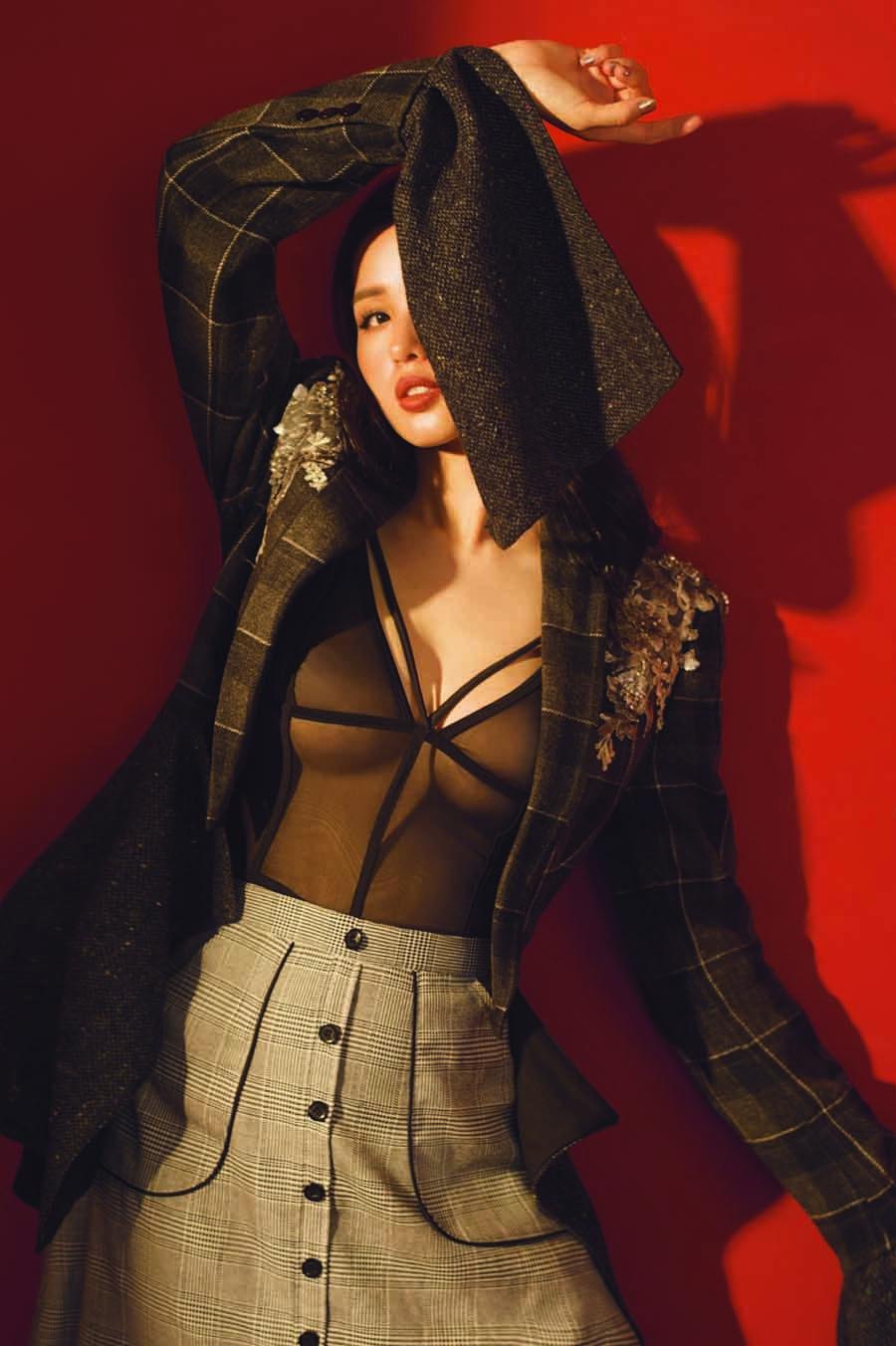 Tâm Tít ngày càng quyến rũ với loạt trang phục hở bạo