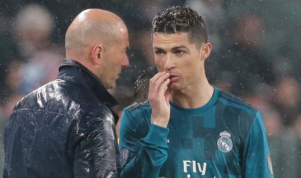 Mourinho bị fan Man City tấn công, Ronaldo đánh cược Zidane