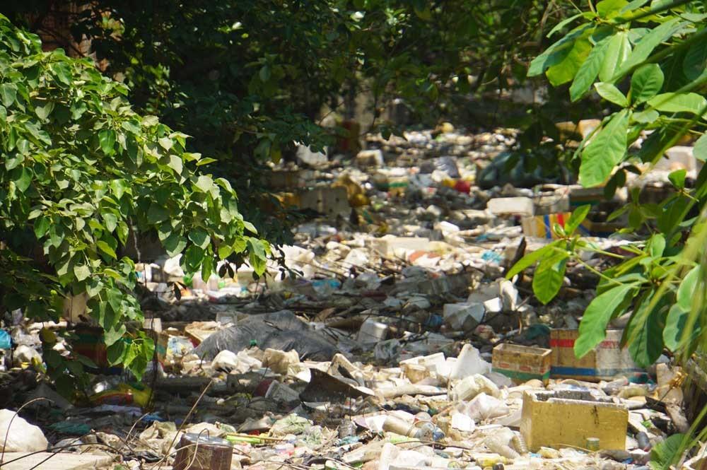 Rác kín đặc, bức tử đường thoát nước từ sân bay Tân Sơn Nhất
