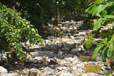 Rác hôi thối ngập kín kênh thoát nước cho Tân Sơn Nhất