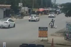 Bố mẹ đi xe máy, đánh rơi con nhỏ xuống đường