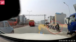 Xe ôm quay đầu đón khách trên tuyến đường vành đai 3 trên cao