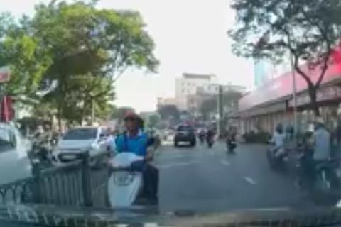 Cố tình đi ngược chiều, người đi xe máy còn thách thức ô tô