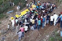 Hiện trường thảm khốc xe buýt chở học sinh lao xuống vực ở Ấn Độ