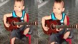 Cậu bé 5 tuổi đệm đàn hát vọng cổ cực chất