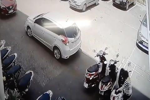Lùi ô tô bất cẩn tông người phụ nữ mang bầu và 3 xe máy