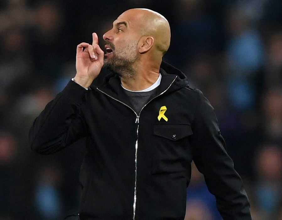 Nổi khùng với trọng tài, Guardiola bị đuổi lên khán đài