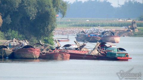 Hút cát trên sông Lam