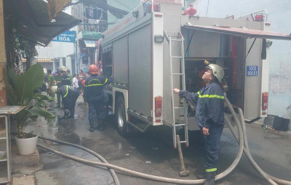 Cháy nhà giữa trưa, người đàn ông leo sân thượng kêu cứu