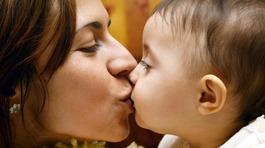 Cảnh báo: Hôn vào môi và mớm cơm cho trẻ có thể lây nhiều bệnh