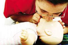 Người cha nhanh trí sơ cứu giành mạng sống cho con trai 13 tuổi