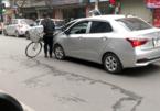 Người đàn ông vác xe đạp chặn đầu ô tô, 'bịt' đường xe cứu thương