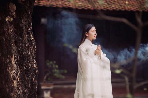 Nữ ca sĩ 23 tuổi gây bất ngờ với album nhạc Phật