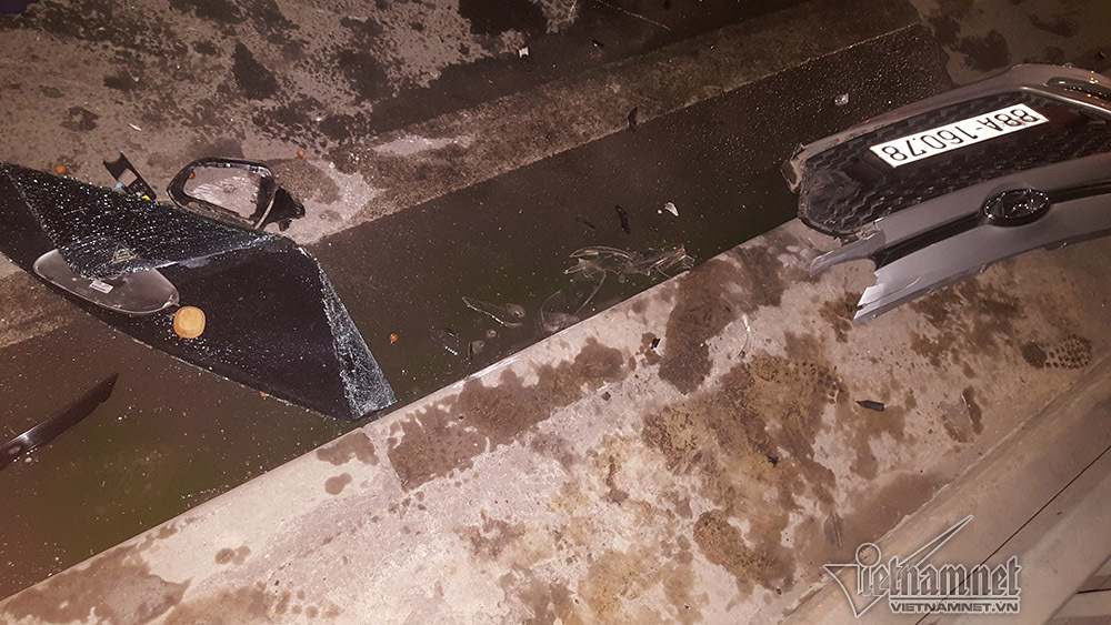 Xế hộp đâm sầm đuôi xe tải, bẹp dúm trên cầu Nhật Tân
