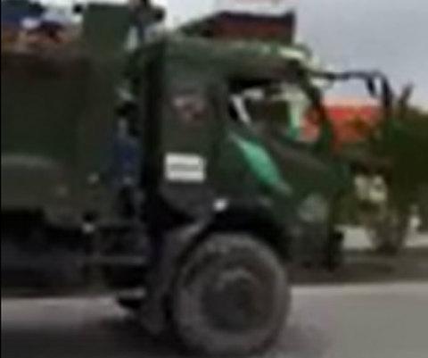 Tài xế xe tải cố thủ trong buồng lái, đâm đổ xe máy của CSGT ở Hải Phòng
