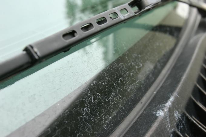Mẹo tẩy các vết ố, mốc trên kính ô tô