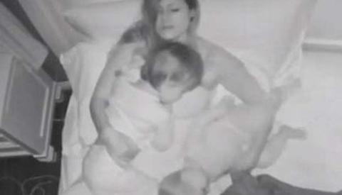 Người mẹ đặt máy quay trên trần trong lúc ngủ và điều bất ngờ sau đó