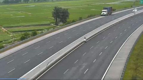 Nữ 'ninja' chạy ngược chiều vào làn 120km/h trên cao tốc Hà Nội-Hải Phòng