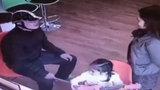 Người đàn ông giả làm phụ huynh vào trường mầm non trộm điện thoại