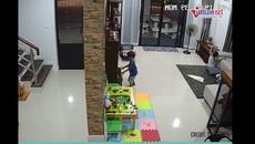 Video: Cậu bé suýt mất mạng vì bị tủ đè vào người