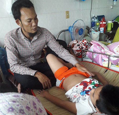 Người cha khổ đau chăm đứa con trong bệnh viện