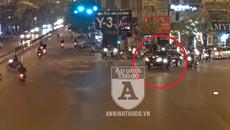 Góc quay khác vụ ô tô kéo lê xe máy xẹt lửa ở ngã 6 Ô Chợ Dừa