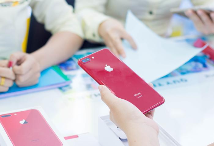 Cận cảnh chiếc iPhone 8 Plus đỏ vừa về Việt Nam, giá rẻ hơn hàng chính hãng
