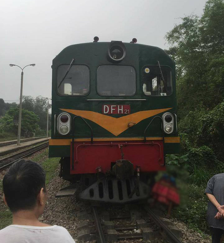 Đi trên đường ray, cụ bà người Mông bị tàu hỏa đâm tử vong