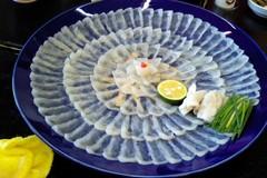 Rùng mình 'đồ ăn siêu cấp': Đĩa cá nóc tươi sống