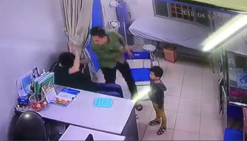 Bác sĩ BV Xanh Pôn bị người nhà bệnh nhi đấm vào mặt