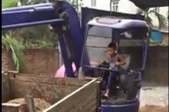 Cậu bé lớp 3 lái máy xúc thành thạo gây tranh cãi