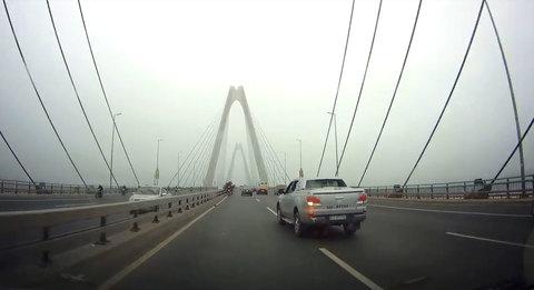 Xe máy chở cây cảnh chạy ngược chiều kiểu 'cảm tử' trên cầu Nhật Tân