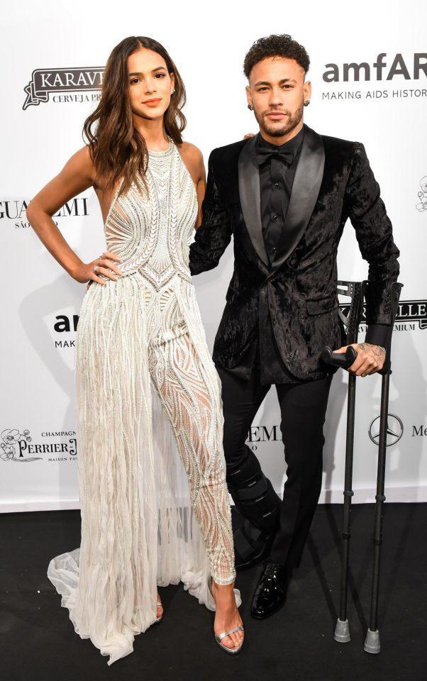 Neymar diễn 'cảnh nóng' với cô bồ xinh đẹp