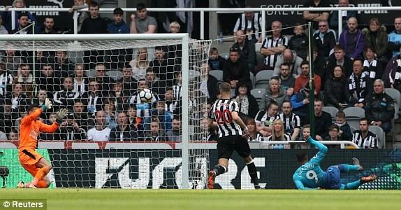Newcastle 0-1 Arsenal: Lacazette mở tỷ số